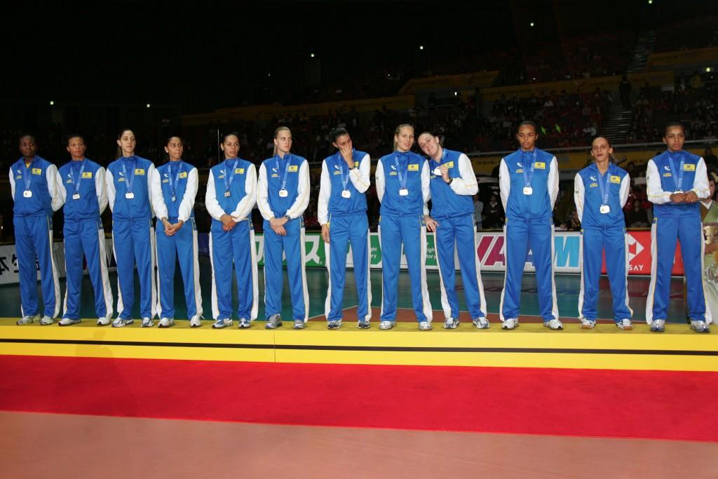 Em 2006, a seleção brasileira amargou o segundo de três vice-campeonatos mundiais (fotos: FIVB)