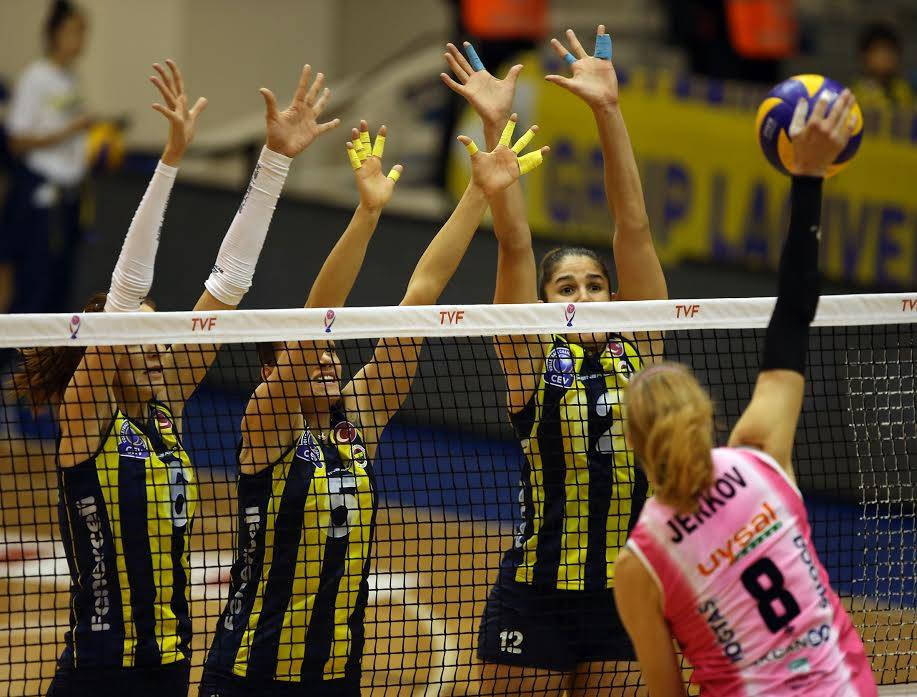 Natália (12) tenta bloquear o ataque de Mia Jerkov (Fenerbahçe)
