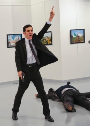 Foto icônica do assassino ao lado do embaixador russo (Burhan Ozbilici/AP)