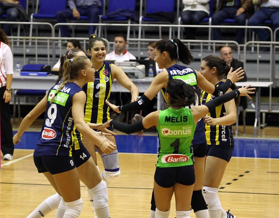 Natália trocou o vôlei brasileiro pelo turco, nesta temporada (Divulgação/Fenerbahçe)