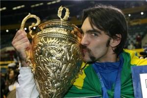 Eleito o melhor do campeonato, Giba posa com troféu do Mundial 2006