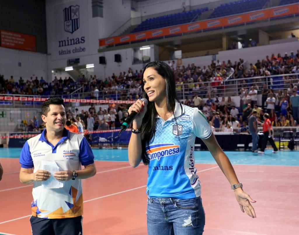 Na vitória sobre o Praia, Jaqueline se apresentou à torcida do Minas (Orlando Bento/MTC)