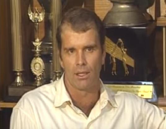 Em XX de outubro de 1993, Bernardinho deu sua primeira entrevista como técnico da seleção feminina (Foto: Reprodução/YouTube)