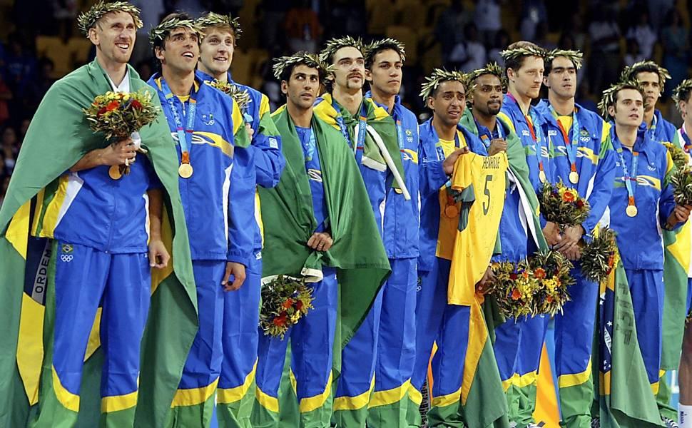 Sete jogadores que participaram da campanha ruim em Sydney foram ouro em Atenas (Foto: Arquivo/Folha de São Paulo)