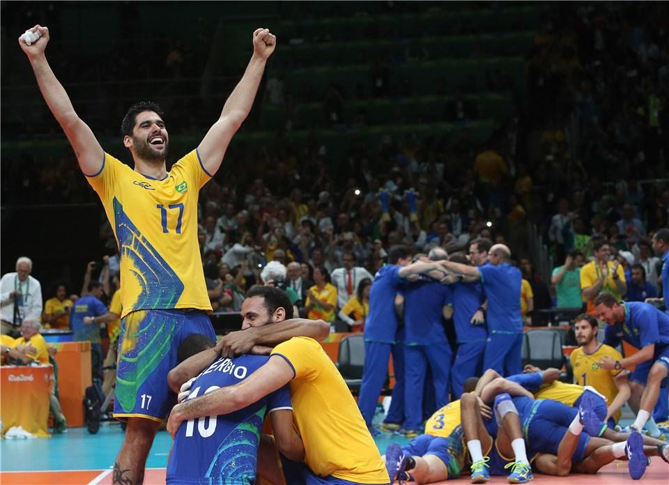 Bernardinho quis ficar após ouro no Rio, mas ouviu pedido da família (Foto: Divulgação/FIVB)