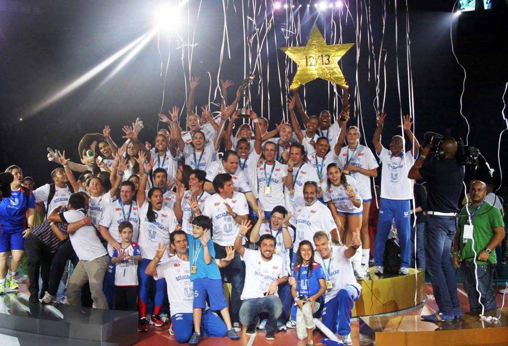 Unilever comemora título nacional da temporada 2012/13 (Alexandre Arruda/CBV)