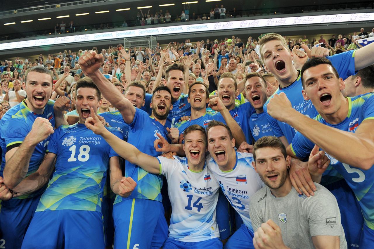 Jogadores eslovenos comemoram a inédita classificação para o Mundial (FIVB) 4d3f2cb76fb02