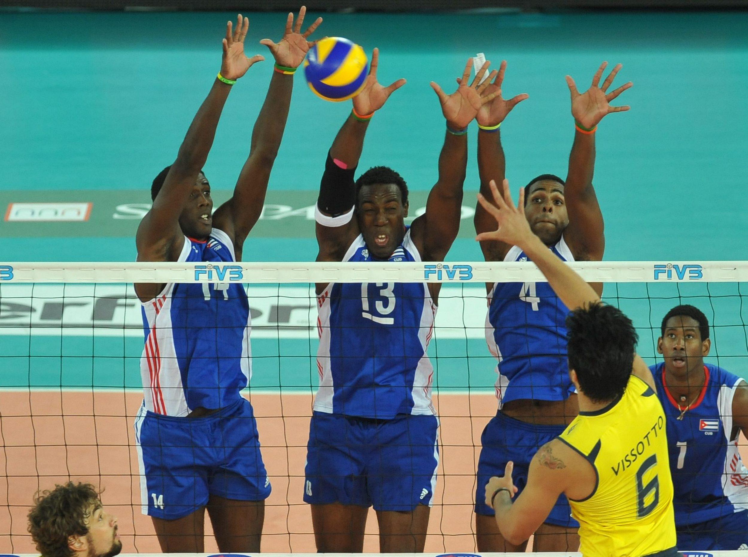 Final do Mundial 2010  Simon (13) e Leal (4) bloqueiam com outro colega de  time b7a81e99359b8