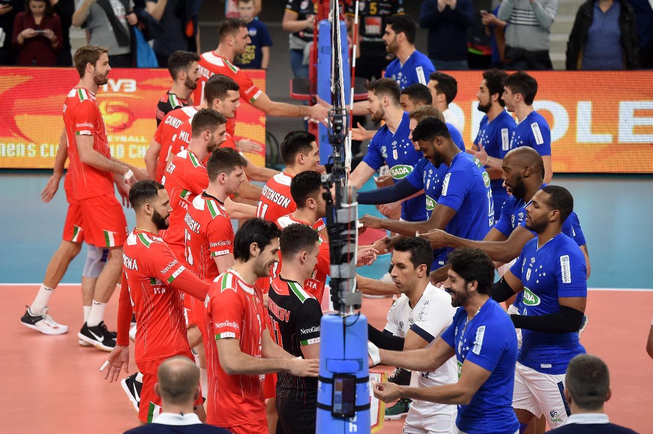Jogadores do Civitanova e do Sada se cumprimentam na rede antes da partida  de estreia no Mundial 2017 d25928c2b7627