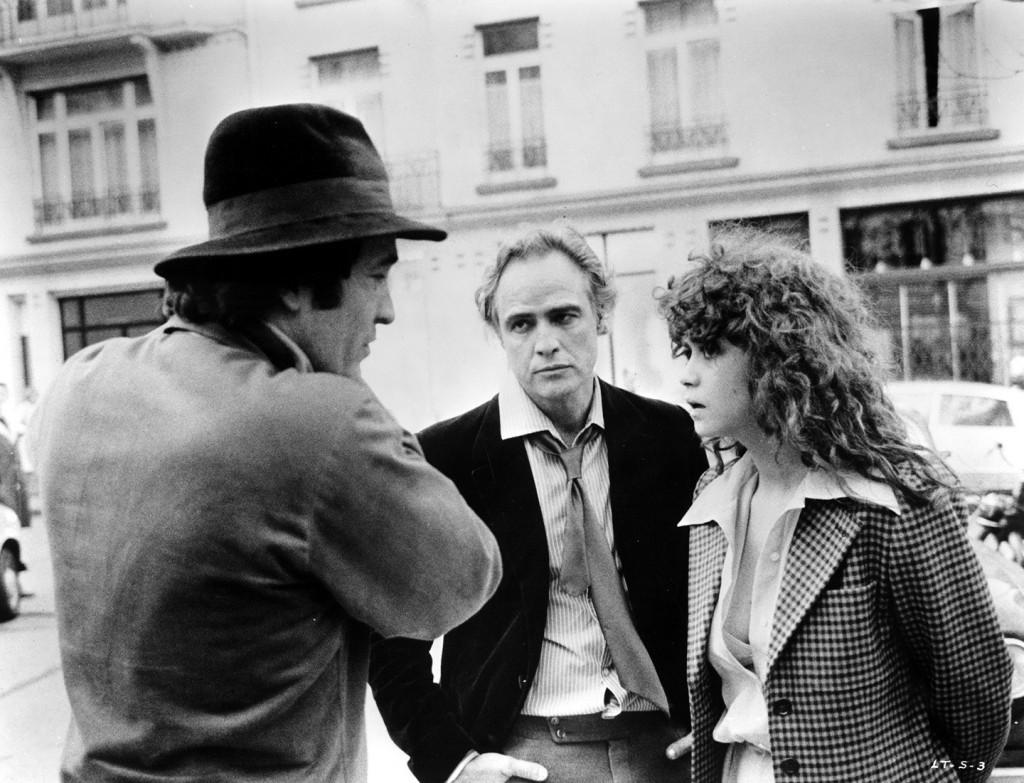 """Bernardo Bertolucci (esq.) dirige Marlon Brando e Maria Schneider em """"O Último Tango em Paris"""""""