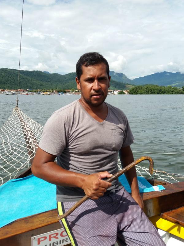O barqueiro Ademilson de Alcantara Mariano, o Mino, com o pé de cabra usado para tentar socorrer a passageira do avião