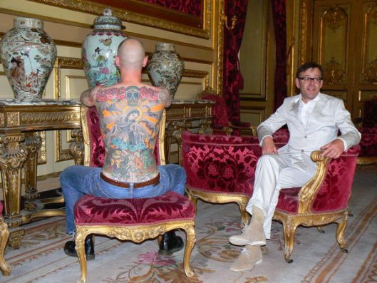 "A ""tela humana"", Tim Steiner, e o artista Wim Delvoye"