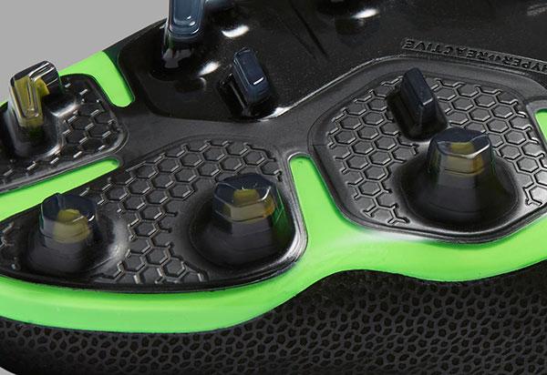 2b47ccc4c99e0 Nike Hypervenom: travas mistas, para unir as ´qualidades dos dois tipos de  travas.