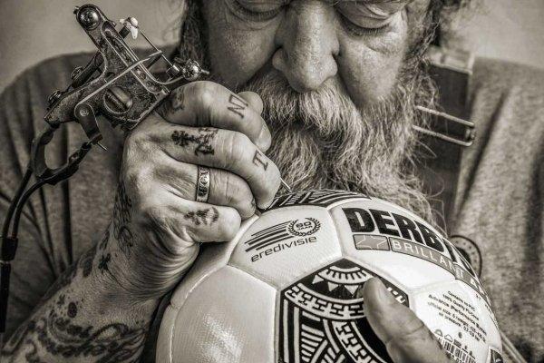 a92ab1e02c A bola desenvolvida pela Derbystar para a competição foi criada por um  tatuador