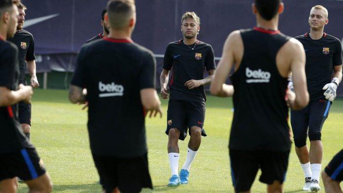Os cabelos raspados nas laterais não foram a única novidade no visual de  Neymar para o início dos treinos da temporada 2017 2018 com o Barcelona. O  camisa ... a7c8cdb397a08