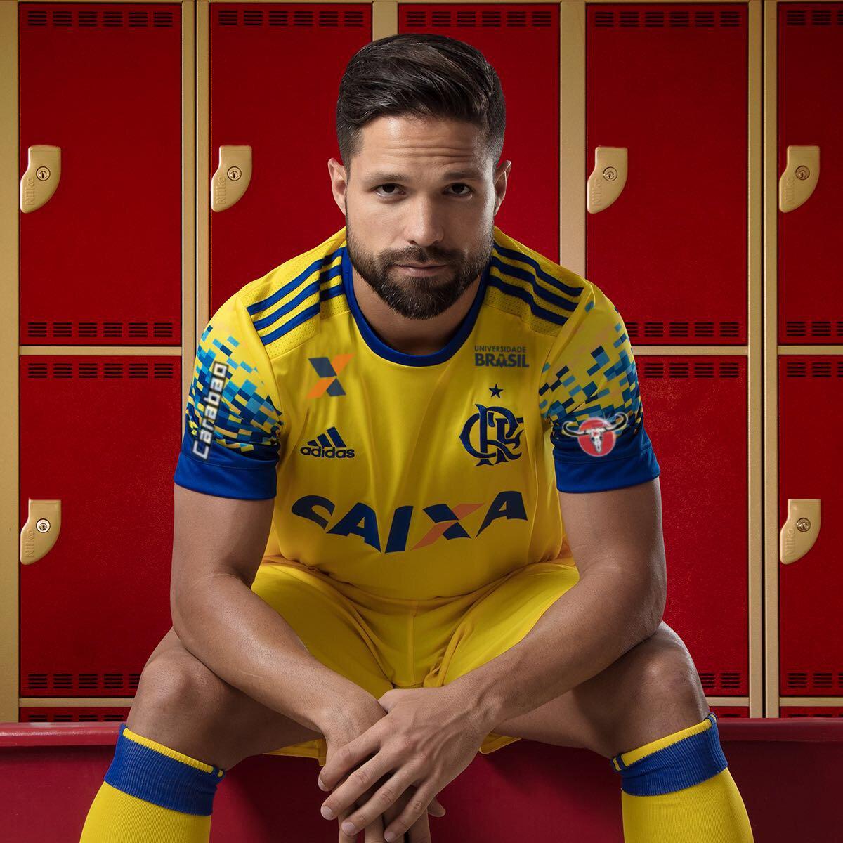 O Flamengo divulgou nesta sexta-feira seu novo terceiro uniforme. O time  rubro negro se vestirá de amarelo com detalhes em azul. O meio-campista  Diego foi o ... b52f7ff9ce8fc