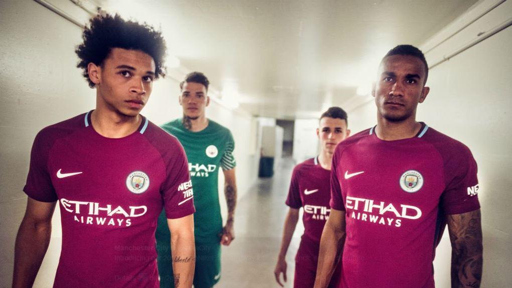 O Manchester City lançou nesta terça-feira seu segundo uniforme da equipe  para a temporada. A grande novidade vem na cor da vestimenta  o grená. 4ca02bad1a421