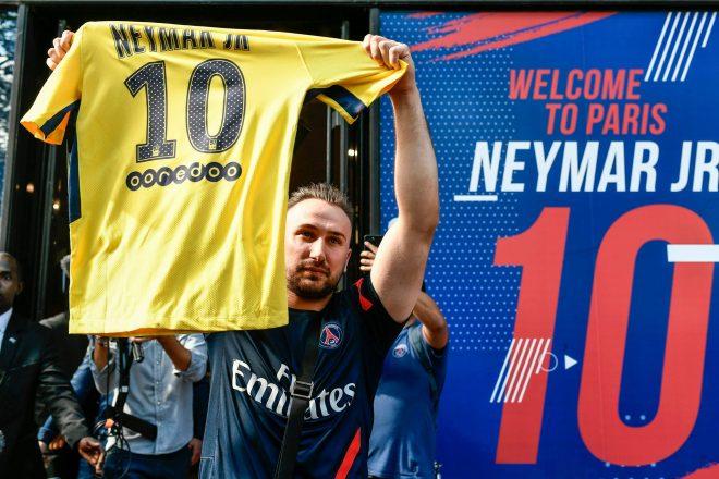 67c1cb9da8 Neymar vende 10 mil camisas em 6 horas e já gera 500 mil euros em negócios  para PSG