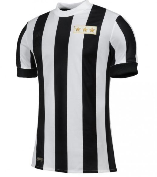 da32e7670f8d6 A Juventus lançou um uniforme nesta quarta-feira (01) para celebrar os 120  anos. Fazendo referência ao ano de fundação da Velha Senhora