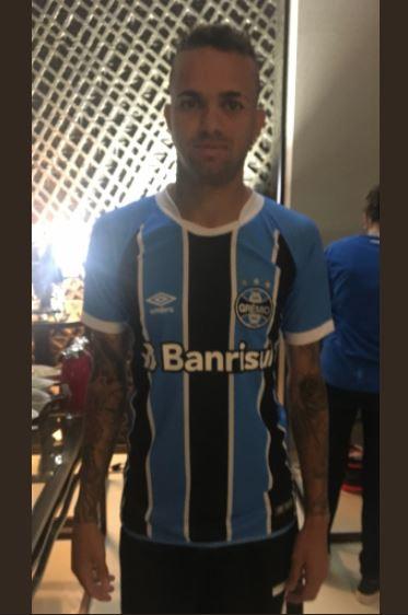 bf4347e370 O Grêmio mudou o uniforme para disputar o Mundial de Clubes nos Emirados  Árabes. A camisa terá o nome de apenas um patrocinador e o tamanho da fonte  será ...