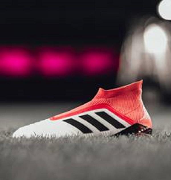 554b6f9235 Adidas aposta em branco e vermelho nas chuteiras de Gabriel Jesus e ...