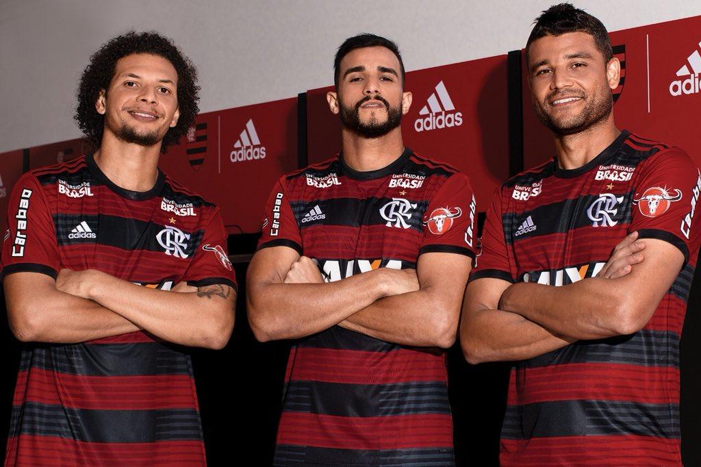 cccbd70656 Flamengo apresenta uniforme para a temporada com novo escudo - UOL ...