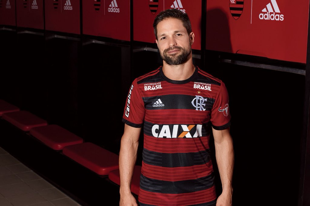 5d65288b00 Flamengo apresenta uniforme para a temporada com novo escudo - 20 04 ...