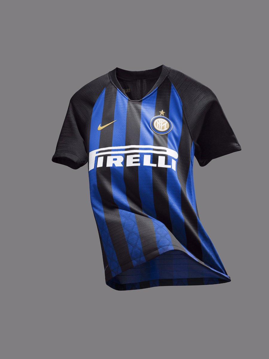 d0eea7d843 A Inter de Milão apresentou o uniforme que utilizará para a temporada  2018-2019. O novo modelo