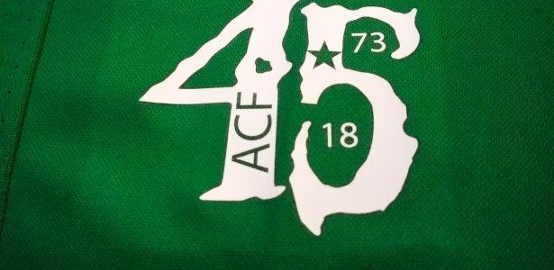Chapecoense divulga novo uniforme em comemoração aos 45 anos do clube -  20 05 2010 - UOL Esporte 8b9c745ca5563