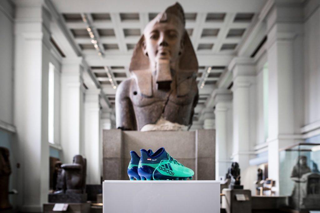 b03ce2a260 Chuteiras de Salah viram peças de exposição em museu britânico - UOL ...