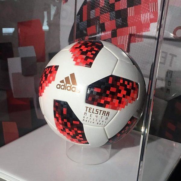 É feita com os mesmos seis painéis geométricos da Telstar 18 que a Adidas  desenvolveu nos últimos quatro anos db5ffbf3a9b58