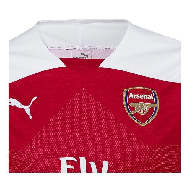 7e18e21511e Os calções e as meias brancas completam o novo uniforme principal do Arsenal  para a próxima temporada.