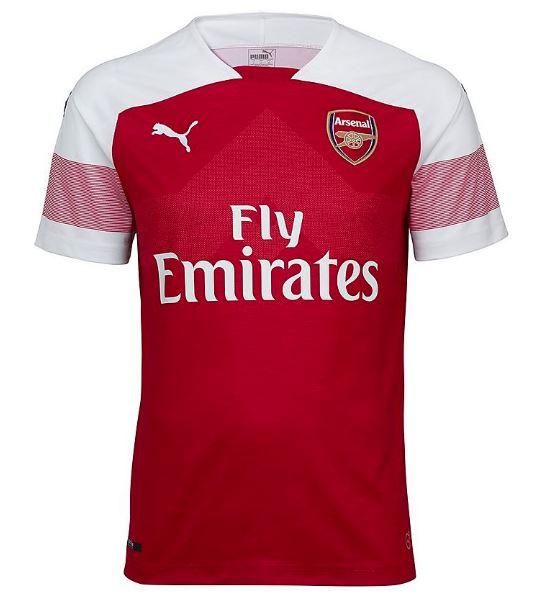 d3c51e1538ac2 Os calções e as meias brancas completam o novo uniforme principal do Arsenal  para a próxima temporada.