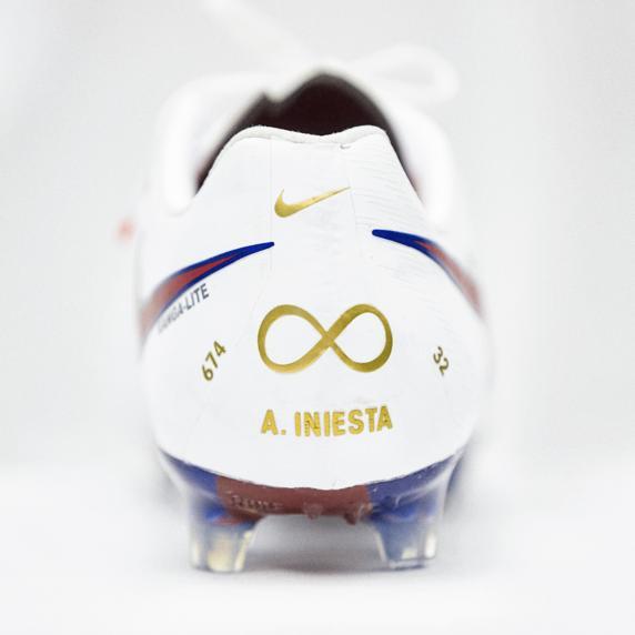 1374b538b5 Iniesta usará chuteira especial em despedida no Barça  veja fotos ...