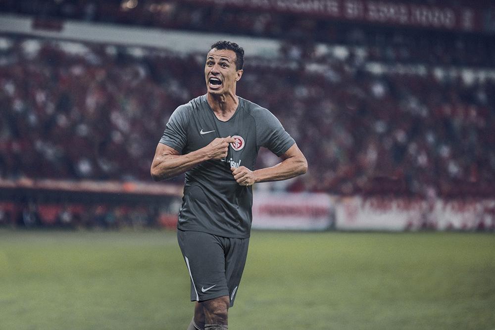Inter lança terceiro uniforme cinza em homenagem à torcida. 00 00. Ouvir.  00 00. UOL Esporte. 20 08 2018 11h08 95bc6b1f437b3