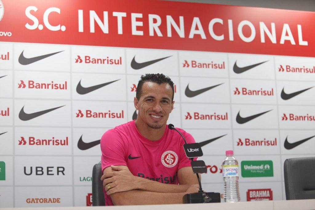 Inter Relanca Camisa Rosa Em Alusao A Campanha De Combate Ao Cancer De Mama Uol Esporte