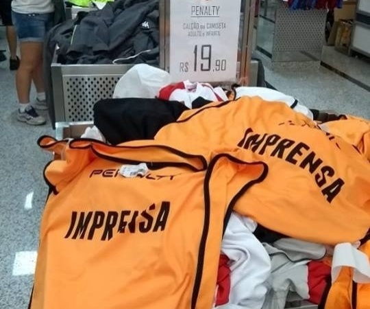 949381a9bc965 Um colete esportivo destinado à imprensa estava sendo vendido em uma loja  do bairro Brás