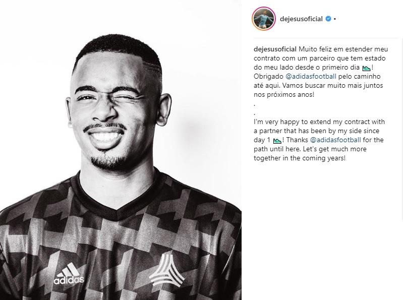 93632dfb530 Gabriel Jesus renovou seu acordo de patrocínio com a Adidas. O anúncio foi  feito nas redes sociais do próprio jogador do Manchester City.