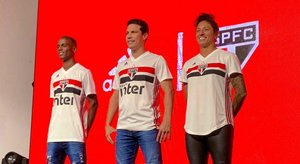 d9078750ab916 SP apresenta camisa com Hernanes, Helinho e Cristiane; patches são novidade