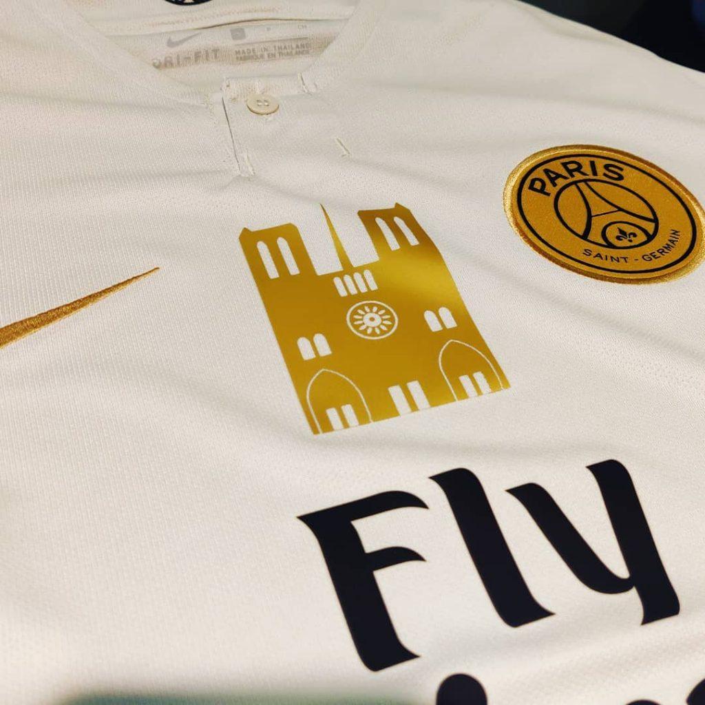 0bbac9f9d5 A Gondel Flocage irá vender camisas personalizadas do Paris Saint-Germain  com patches da tradicional catedral e doará toda ...