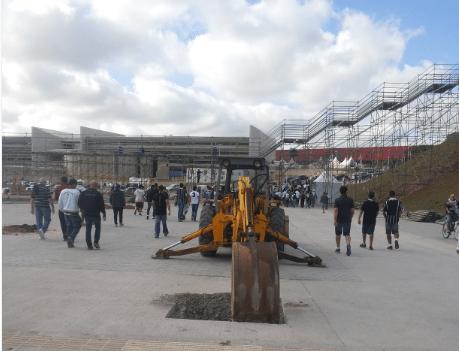 Máquina no meio do caminho que leva corintianos à arena