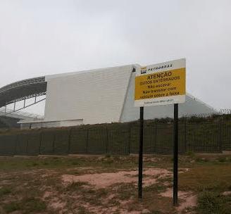 Placa alerta operários sobre risco de dutos da Petrobras no Itaquerão