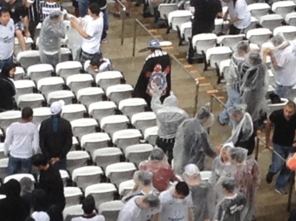 Cobertura incompleta faz torcedores que pagam caro tomarem chuva no Itaquerão