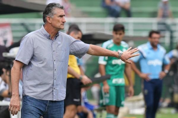 O técnico Edgardo Bauza durante jogo contra o Palmeiras (Crédito: Rivaldo Gomes/Folhapress)