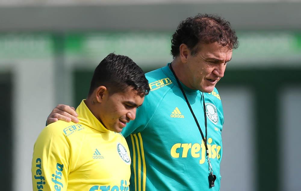 Cuca conversa com Dudu durante treino do Palmeiras (Crédito: Cesar Greco/Fotoarena)