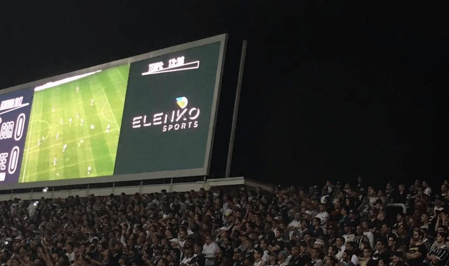 Anúncio de empresa que tem Fernando Garcia como sócio no telão da Arena Corinthians     Foto: Diego Canha