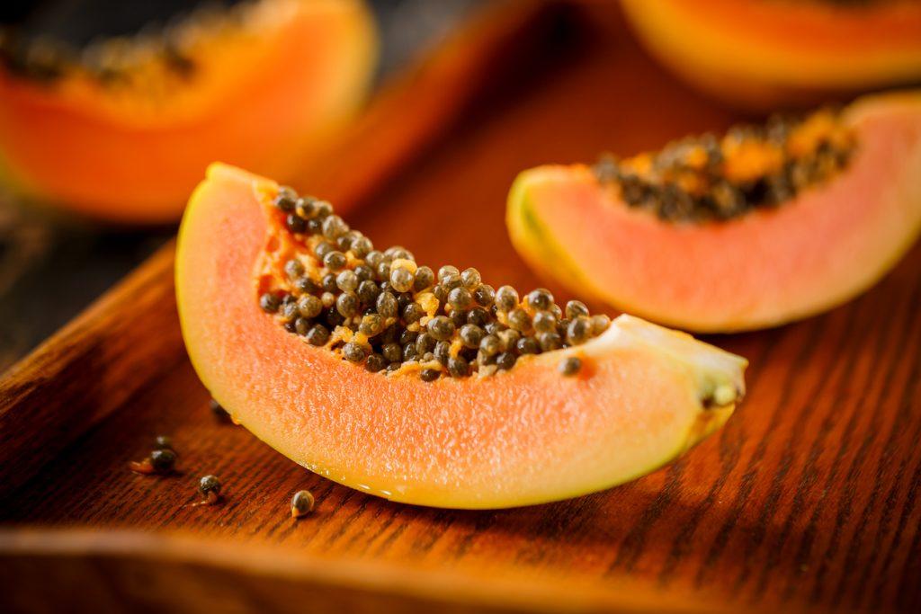 Fonte de carotenoides, mamão ajuda na digestão e favorece os ...