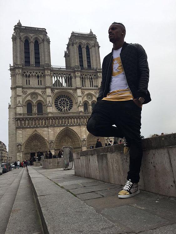 Cleber Reis posa com roupas de sua grife, em Paris (Foto  Arquivo Pessoal) fcfac5c7a6
