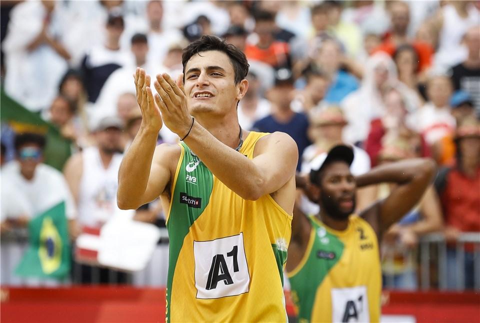 Conheça o brasileiro que virou o mais jovem campeão mundial do vôlei de  praia 40e598f3b2560