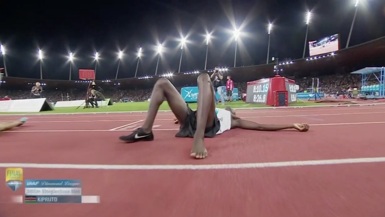 Queniano corre com só um pé de tênis e vence principal prova do ano ... c0d0f629f98a8